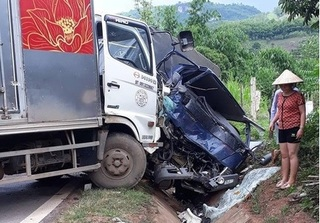 Sơn La: Xe tải đấu đầu trực diện, 2 người bị thương nặng