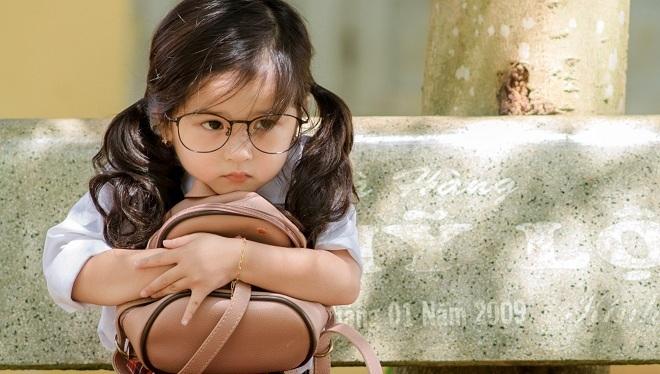 Bé gái 4 tuổi xinh xắn lại biết chăm mẹ dậy sóng mạng3
