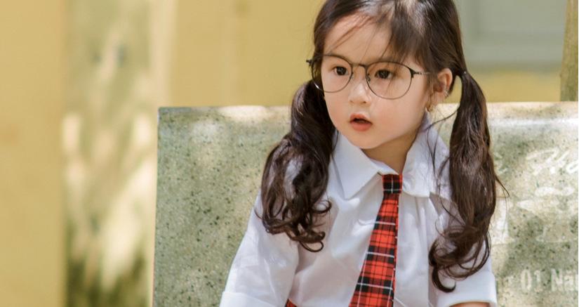 Bé gái 4 tuổi xinh xắn lại biết chăm mẹ dậy sóng mạng4