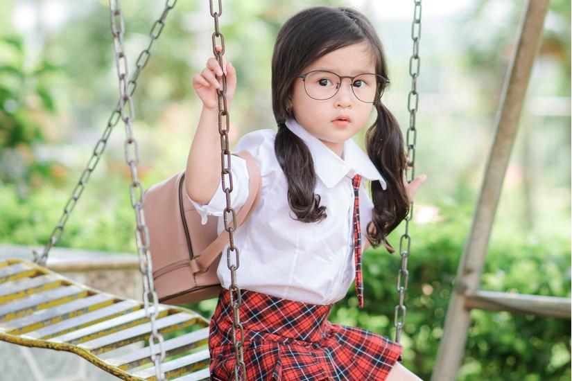 Bé gái 4 tuổi xinh xắn lại biết chăm mẹ dậy sóng mạng8