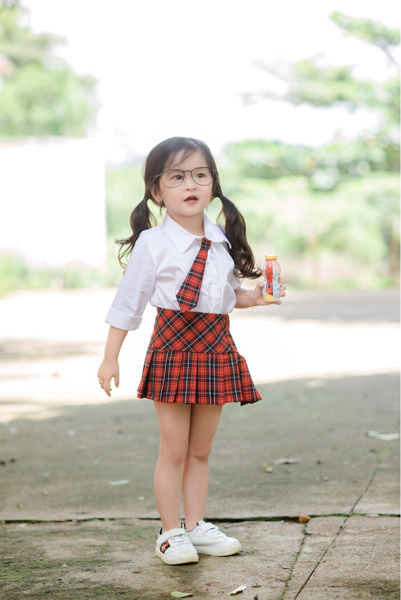 Bé gái 4 tuổi xinh xắn lại biết chăm mẹ dậy sóng mạng9