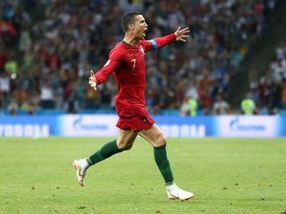 C.Ronaldo lập một loạt kỷ lục sau cú hattrick vào lưới Tây Ban Nha
