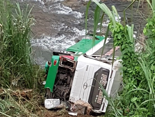 Xe khách lao xuống vực ở đèo Lò Xo, ít nhất 3 người chết