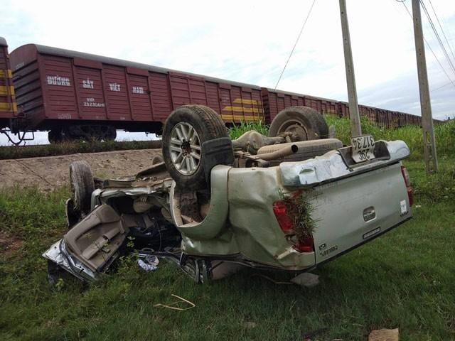 Tàu hỏa tông ô tô văng xuống đường, 2 người thương vong