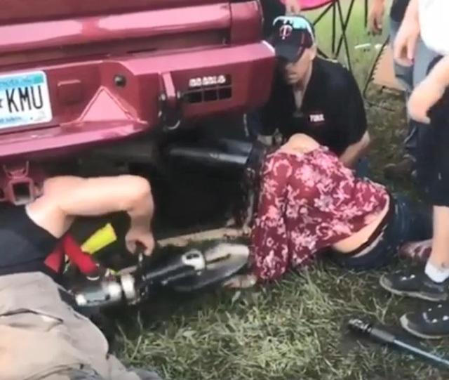 cô gái chui đầu vào ống xả ô tô