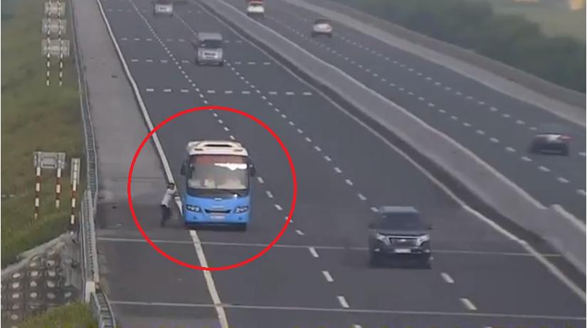 Xử phạt xe khách hiên ngang dừng bắt khách trên đường cao tốc