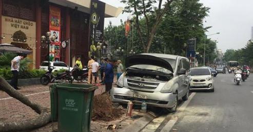 Hà Nội: Ô tô đâm bật gốc cây, bùng cháy giữa phố