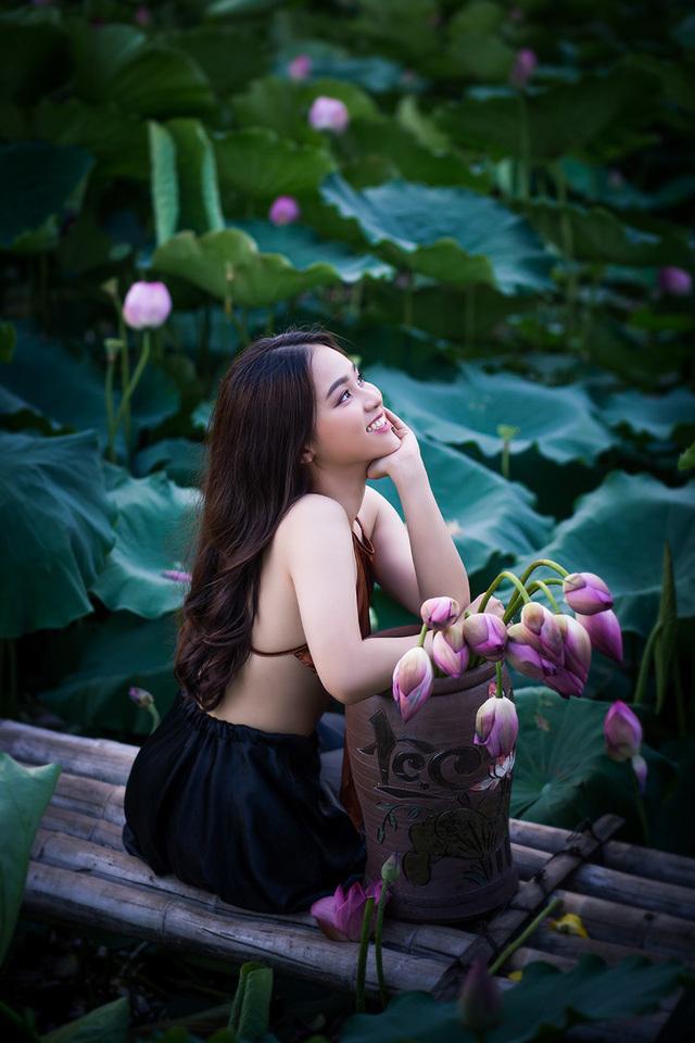 Hot girl 10X Hà Thành xinh quyến rũ bên sen8