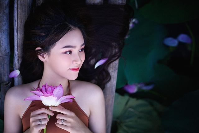 Hot girl 10X Hà Thành xinh quyến rũ bên sen5