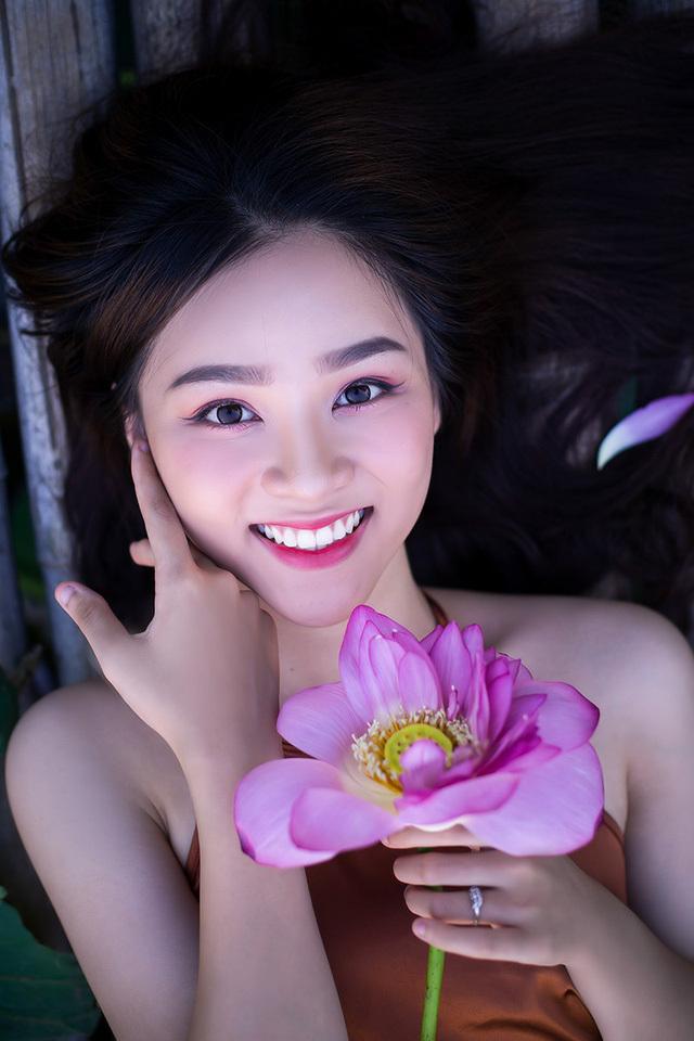 Hot girl 10X Hà Thành xinh quyến rũ bên sen3