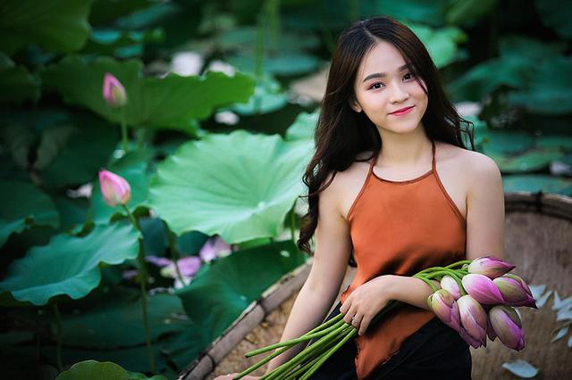 Hot girl 10X Hà Thành xinh quyến rũ bên sen