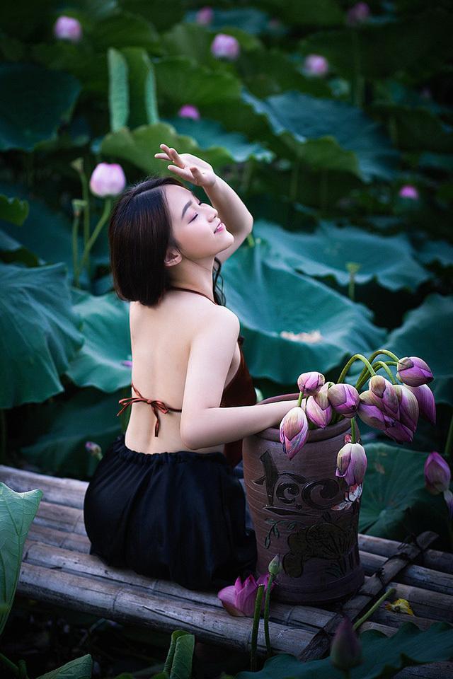 Hot girl 10X Hà Thành xinh quyến rũ bên sen7