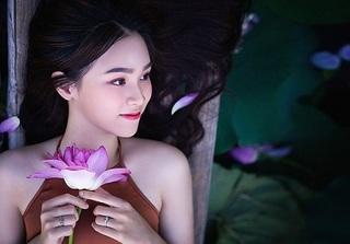 Hot girl 10X Hà Thành xinh đẹp, quyến rũ bên sen