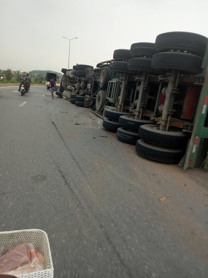 Bắc Ninh: Xe container phơi bụng giữa đường do tài xế vào cua lỗi2