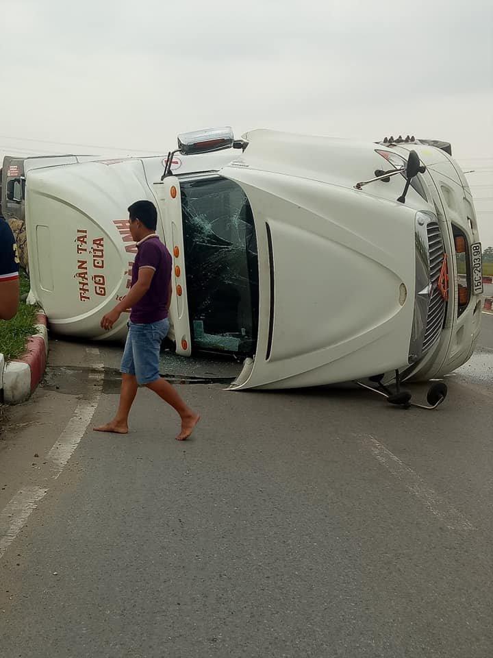 Bắc Ninh: Xe container phơi bụng giữa đường do tài xế vào cua lỗi