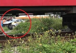 Hà Nam: Tài xế taxi cùng 2 hành khách thoát chết sau va chạm với tàu hỏa