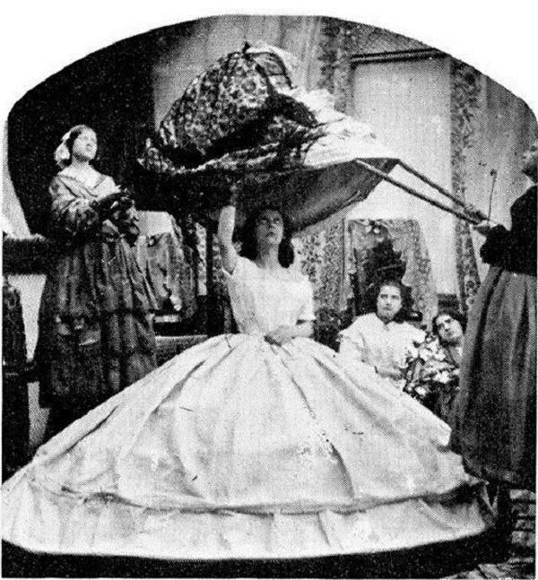 Bí ẩn về chiếc váy 'giết chết' hơn 40.000 phụ nữ