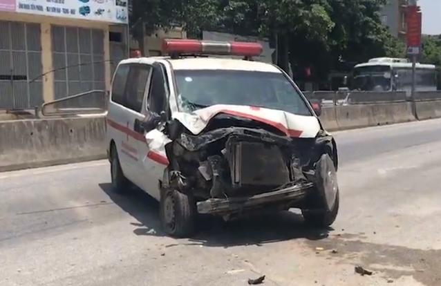 Nghệ An: Xe cứu thương tông sập tường nhà dân, nhiều người thoát nạn