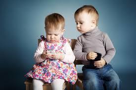 Trẻ bị biến dạng xương cổ do xem điện thoại, biến dạng xương cổ