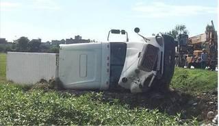 Thái Bình: Mất lái, xe container phơi bụng dưới ruộng