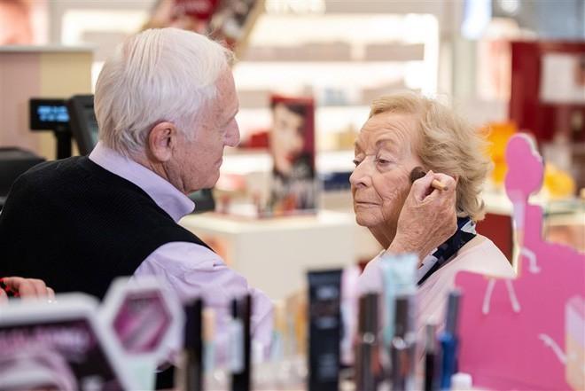 Cụ ông 83 tuổi vẫn đi học trang điểm để thành chuyên gia của riêng vợ