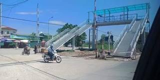 Lộ nhiều điểm bất hợp lý ở cầu đi bộ bắc qua đường sắt ở Thanh Hóa