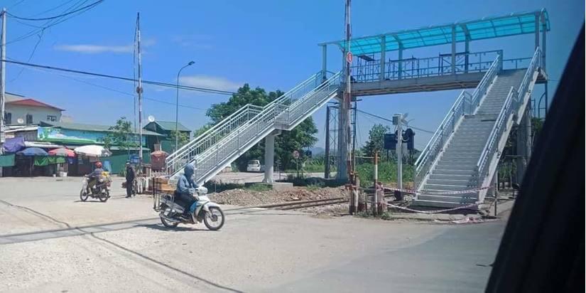 Cầu đi bộ bắc qua đường sắt ở Thanh Hóa: Chủ tịch thị xã Bỉm Sơn nói gì?2