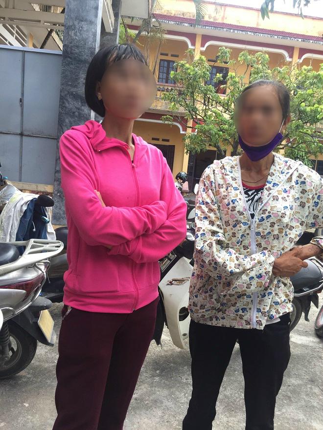 Chị Ngọc A. (áo hồng) chủ nhân của chiếc xe máy 2 thiếu nữ gặp nạn