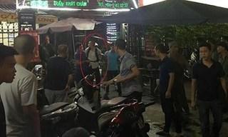 Hà Nội: Khống chế thanh niên đâm người rồi leo lên nóc nhà cố thủ