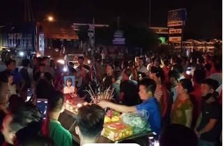 Người thân hai thiếu nữ tử vong ở Hưng Yên mang quan tài ra phố