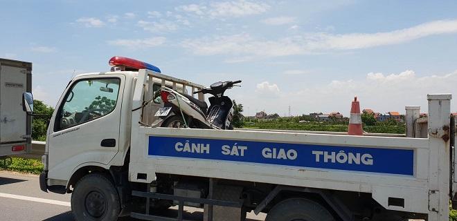 Chiếc xe máy nạn nhân điều khiển cũng được đưa ra để phục vụ công tác điều tra