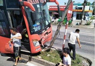 Ninh Bình: Xe khách mất lái tông đổ cột đèn, nhiều hành khách hoảng loạn