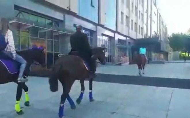 Nghị sĩ Nga cưỡi ngựa đi làm để phản đối xăng tăng giá bị kiện ra tòa