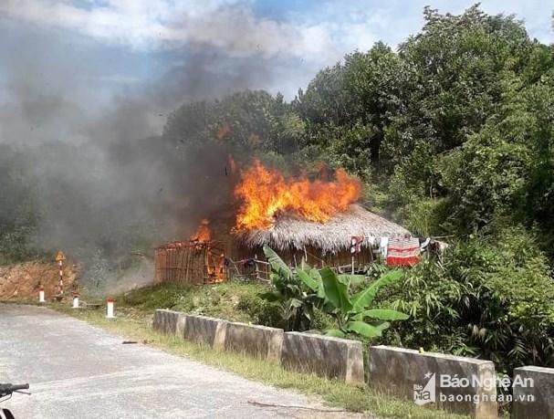 Cãi nhau với vợ, chồng châm lửa đốt nhà để 'dằn mặt'