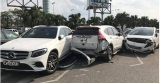 Tông hỏng 3 ôtô để trong bãi xe ở Nội Bài, tài xế nhanh chân bỏ chạy