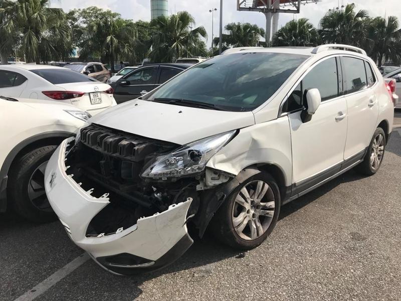 Tài xế gây hư hỏng 4 ôtô tại sân bay Nội Bài rồi bỏ chạy2