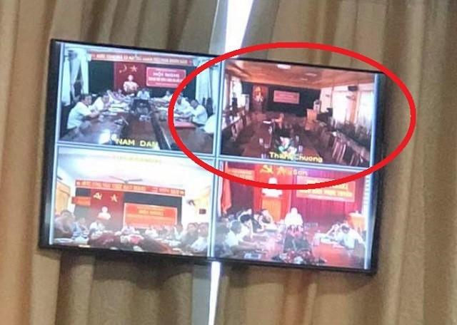 Nghệ An: Chủ tịch đang kết luận, cán bộ huyện Thanh Chương bỏ về hết