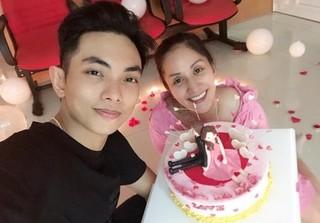 Khánh Thi 'trốn viện' về nhà tổ chức sinh nhật cho ông xã Phan Hiển