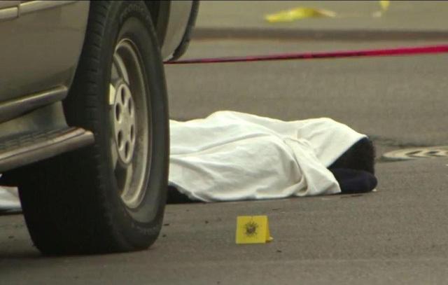 Thiếu niên bị bắn chết đột ngột sống lại, cựa quậy dưới lớp vải trắng