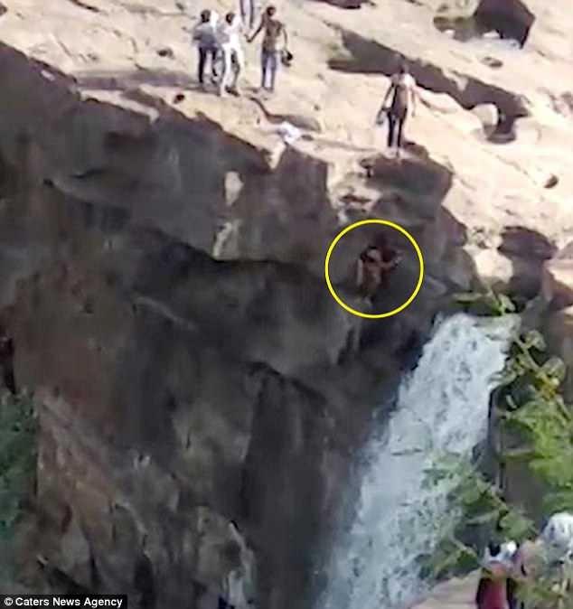 Lao đầu xuống thác nước cao 52m vì mải mê chụp ảnh tự sướng