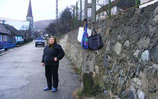 Kỳ lạ ngôi làng chưa từng có trộm cắp, dân treo đầy tiền ngoài đường