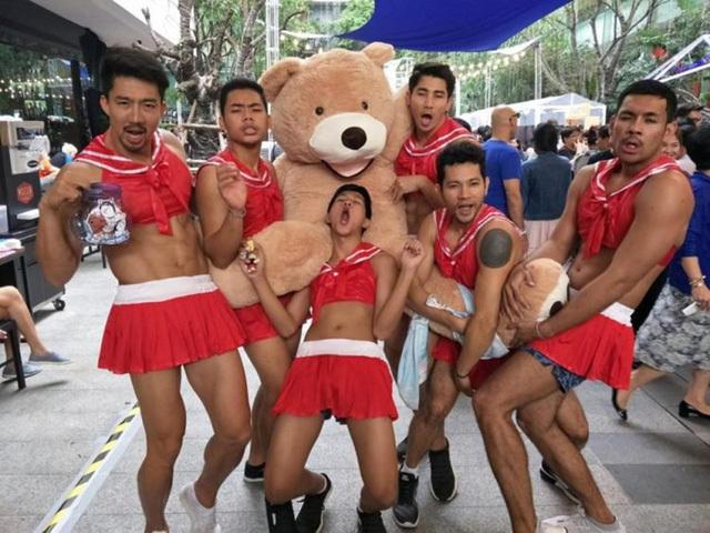 Nhà hàng Thái thuê nhân viên phục vụ nam cơ bắp mặc đồ nữ quyến rũ