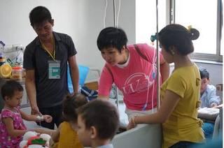 Doanh nhân - Ca sỹ Nguyễn Thu Trang trao gần 500 lốc sữa cho bệnh nhi ung thư
