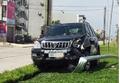 Toyota Land Cruiser Prado lao lên dải phân cách húc đổ cột đèn chiếu sáng