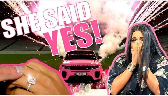 Cầu hôn bằng Range Rover hồng, thuê cả sân vận động