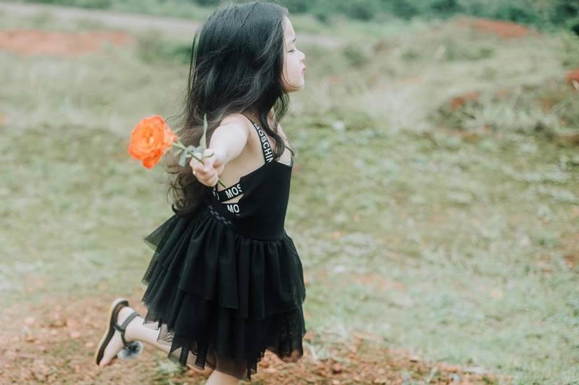 Bé gái xinh đẹp ở Đắk Nông thay đổi hình ảnh để đóng phim3