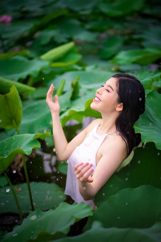 Cô gái 9X khoe vẻ đẹp hờ hững trong bộ ảnh bên hoa sen38