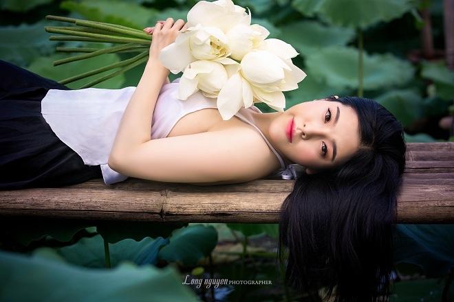 Cô gái 9X khoe vẻ đẹp hờ hững trong bộ ảnh bên hoa sen5
