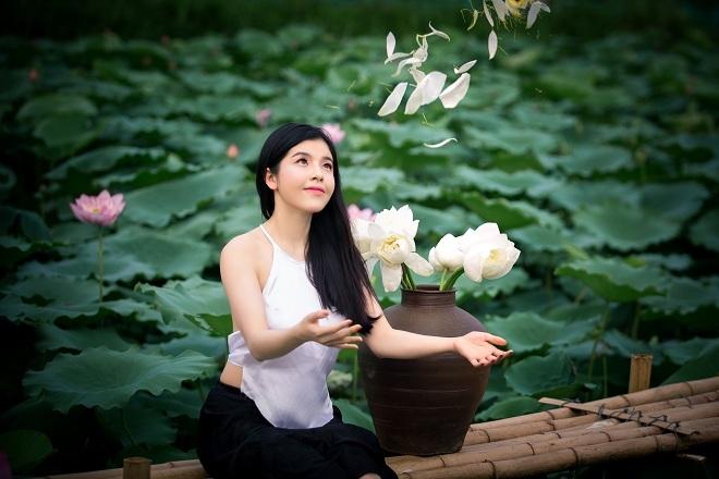 Cô gái 9X khoe vẻ đẹp hờ hững trong bộ ảnh bên hoa sen3