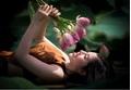 Cô gái 9X khoe vẻ đẹp 'hờ hững ' trong bộ ảnh bên hoa sen